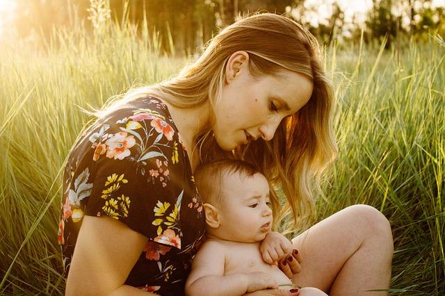 máma s prckem v trávě