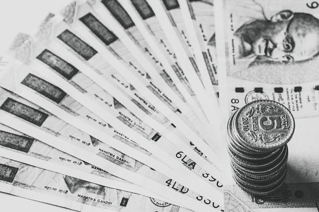 vějíř indických bankovek, mince v komínku
